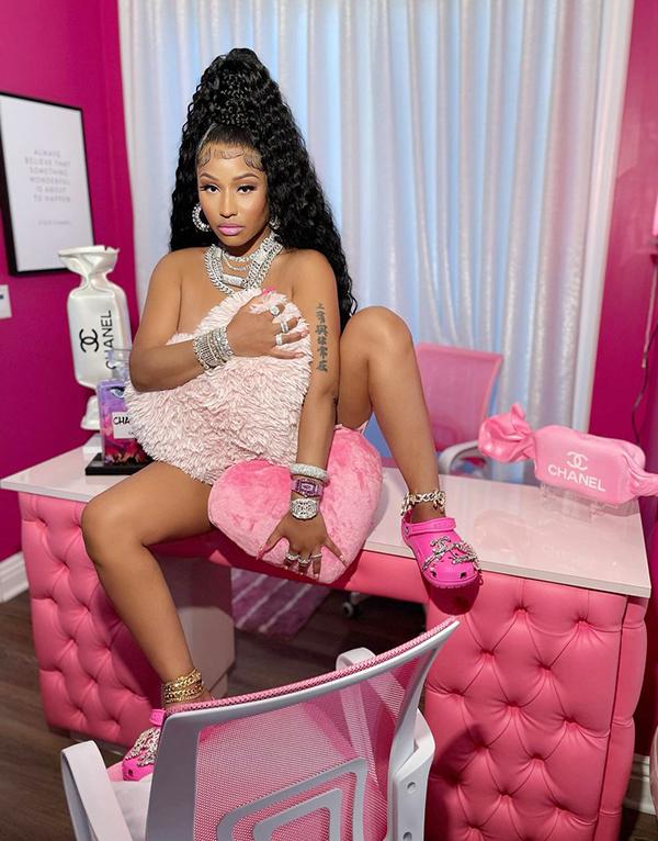 Nicki Minaj gây chú ý với bức ảnh phóng khoáng.
