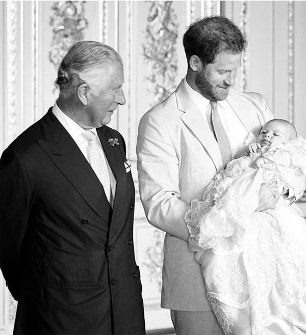 Thái tử Charles, Hoàng tử Harry và Archie trong lễ thôi nôi Archie hồi tháng 7/2019. Ảnh: Instagram.