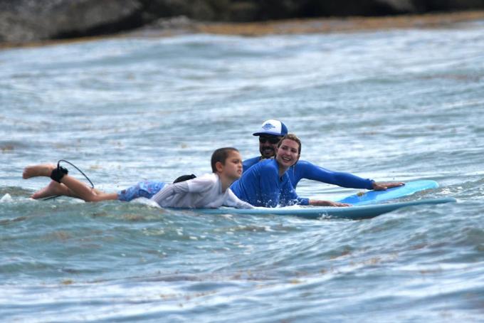 Ivanka lướt ván cùng con trai Joseph với sự giúp đỡ của hướng luyện viên riêng. Ảnh: Page Six.