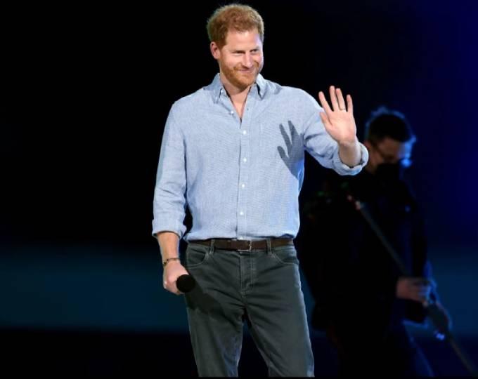 Harry xuất hiện trên sân khấu buổi hòa nhạc Vax Live quy tụ nhiều ngôi sao hàng đầu của Mỹ tối 2/5. Ảnh: Rex.