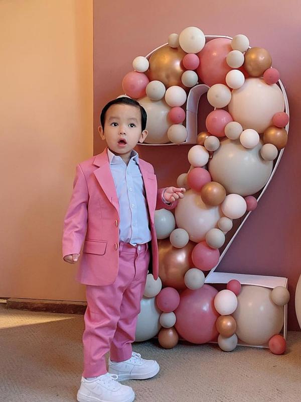 Cậu nhóc được mẹ cho diện suit màu hồng dễ thương trong tiệc sinh nhật cuối năm 2020.