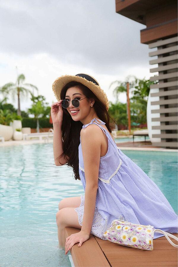 Khánh Vân được chụp ảnh cho nhà tài trợ cùng đương kim Miss Universe - 1