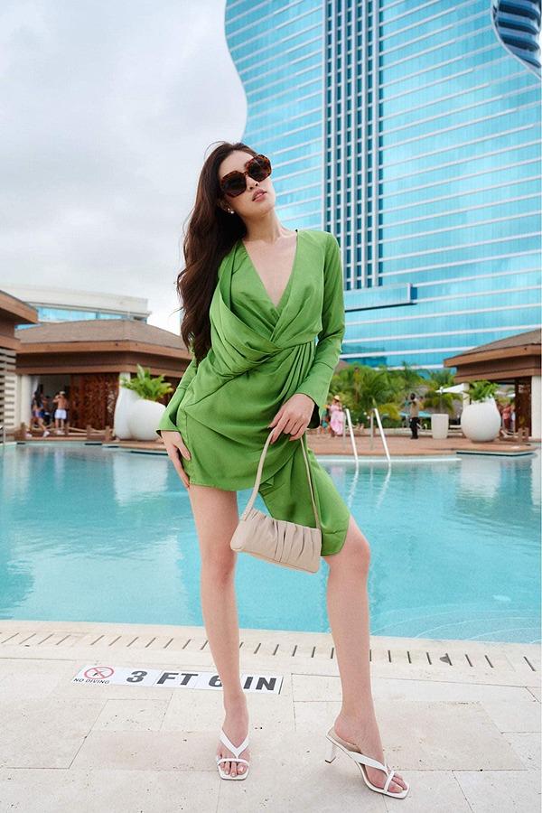 Khánh Vân được chụp ảnh cho nhà tài trợ cùng đương kim Miss Universe - 3