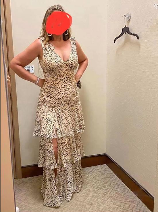 Trang phục của mẹ cô dâu bị cho là không phù hợp.