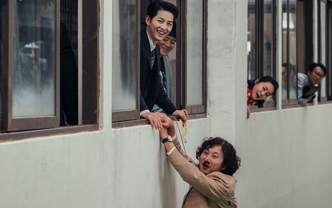 Song Joong Ki và Kim Young Woong trong cảnh diễn chung đầu phim Vincenzo.