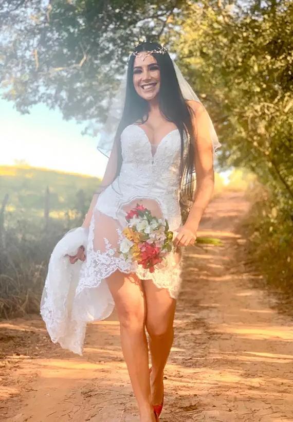 Cô dâu mặc váy cưới lộ mông