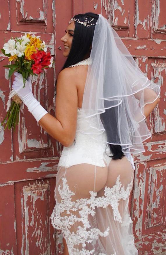 Thiết kế váy cưới hở bạo của Rielle khiến cô trở thành tâm điểm bàn tán.