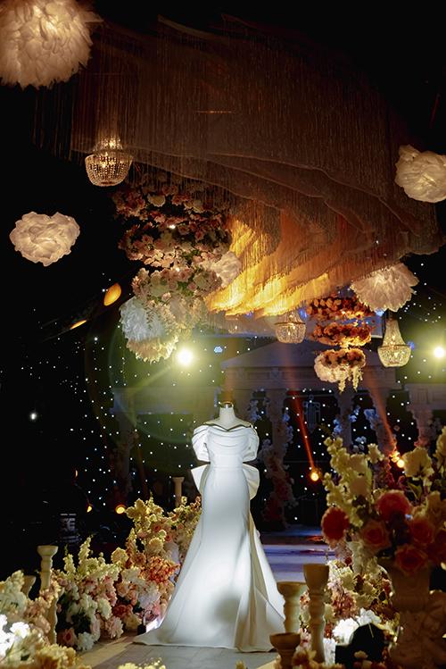 Vì là ngày trọng đại của đời người, không chỉ hoa cầm tay mà Quỳnh Mai còn đầu tư cho chiếc đầm cưới giúp cô toả sáng. Mẫu đầm được NTK Đào Minh Nhật thiết kế lấy cảm hứng từ trang phục của các công nương quý tộc châu Âu ngày xưa với một chút cách điệu để phù hợp với gu thẩm mỹ hiện đại.