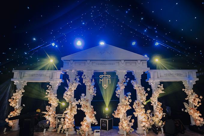 Sân khấu mô phỏng các cổng đền thời La Mã. Phần trần mô phỏng bầu trời sao đêm.
