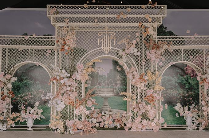 Backdrop làm từ các khung sắt mô phỏng thành vách của các ngôi đền cổ đại.