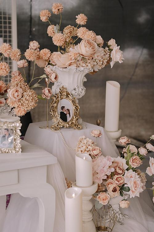 Màu hoa cam khu vực tiếp đón được tuyển chọn sao cho đồng nhất với màu chủ đạo concept. Bình hoa cũng mang các chi tiết nghệ thuật La Mã.