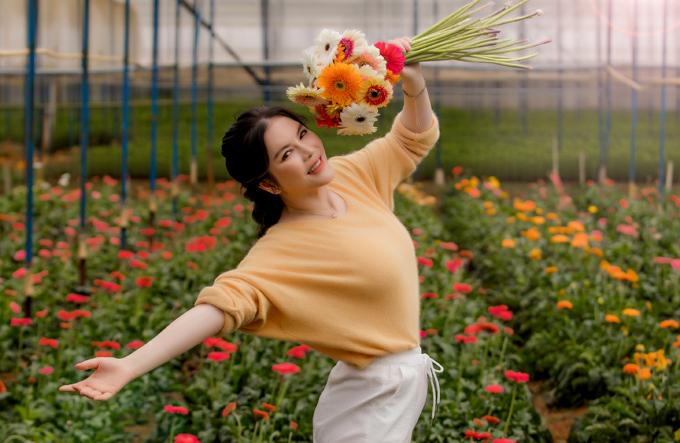 Lý Nhã Kỳ khoe sắc tại vườn hoa do mình làm chủ ở Đà Lạt. Cô chủ yếu sống ở Sài Gòn nhưng hay thu xếp về thành phố ngàn hoa nghỉ cuối tuần để tái tạo năng lượng.