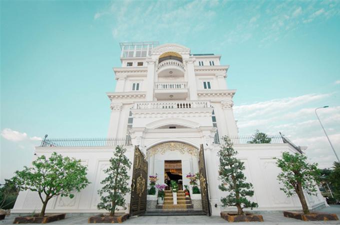 Lý Nhã Kỳ còn sở hữu một biệt thự dát vàng nguy nga như lâu đài ven sông Sài Gòn, có diện tích 600 m2. Toà biệt thự được nàng kiều nữ mua lại và tu bổ trong 2 năm và chuyển về sống từ 2016.