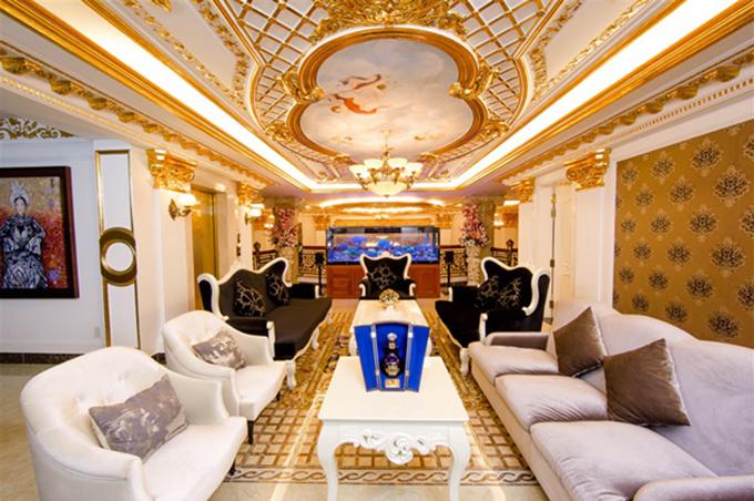 Nội thất được thiết kế theo phong cách châu Âu cổ điển với rất nhiều chi tiết dát vàng. Lý Nhã Kỳ từng đón rất nhiều vị khách nổi tiếng tại đây.
