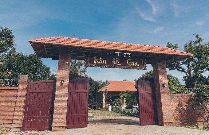 Biệt phủ kiêm đền thờ hai họ Trần, Lê nằm trên khu đất rộng 10.000 m2, kiến trúc thuần Việt. Họ Trần là họ bên nội của cô còn họ Lê là bên ngoại của Lý Nhã Kỳ.