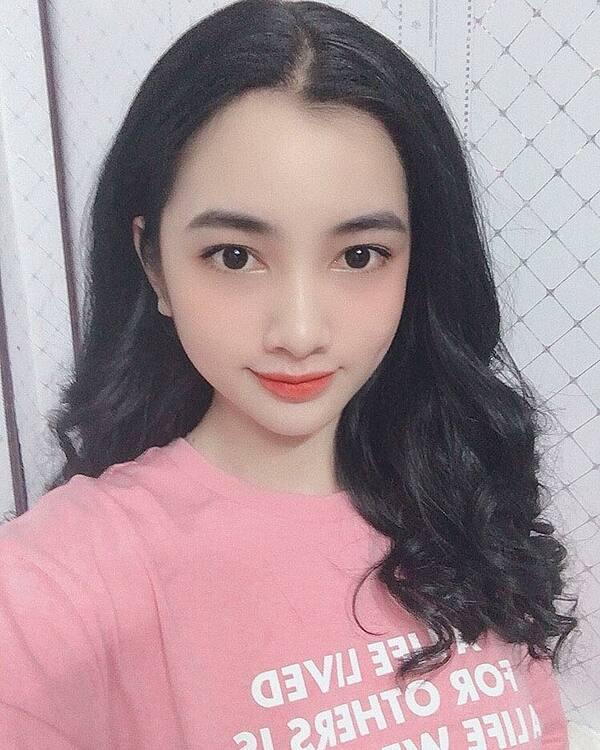 Thời điểm dự thi Hoa hậu Việt Nam, Cẩm Đan được ưu ái khen tặng xinh hơn cả Tiểu Vy. Trước những lời khen về gương mặt, Cẩm Đan bày tỏ niềm hạnh phúc. Song cô không dám nhận mình xinh hơn các đàn chị,