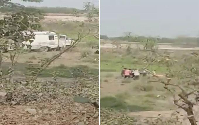 Xe cứu thương dừng bên bờ sông để ném xác hôm 11/5. Ảnh: timesnownews.