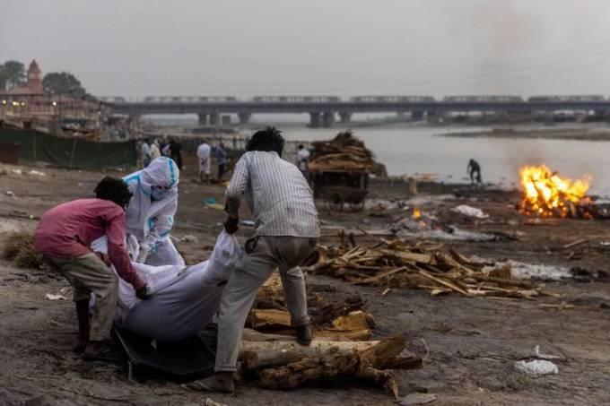 Những thi thể bệnh nhân Covid-19 được vớt từ dưới sông Hằng lên để mang đi chôn hay hỏa táng. Ảnh: Reuters.