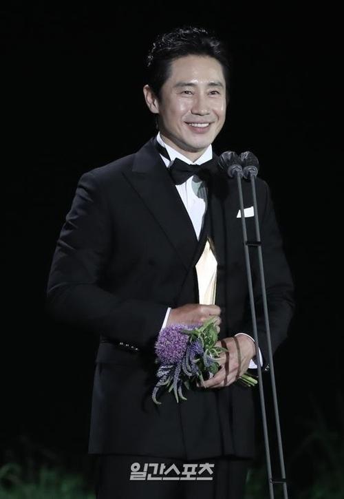 Tài tử Shin Ha Kyun thắng giải Nam diễn viên chính xuất sắc phim truyền hình.