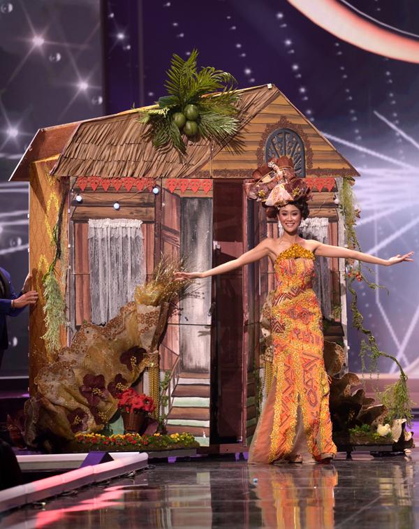 Quốc phục kỳ công với mô hình ngôi nhà của đại diện Malaysia, Francisca Luhong James.