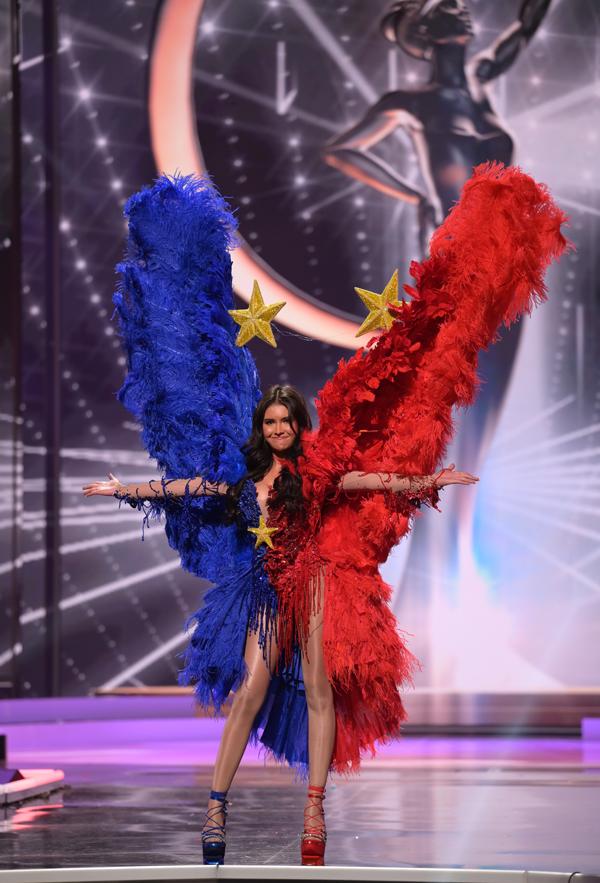 Hoa hậu Philippines, Rabiya Mateo, trình diễn trang phục hai sắc màu xanh - đỏ và gắn ngôi sao vàng - biểu tượng quốc kỳ Philppines.