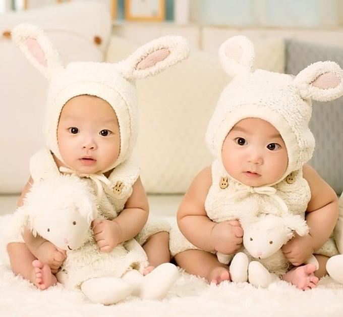 Em bé có thể không xinh đẹp lúc mới sinh nhưng mọi thứ chỉ là tạm thời và cần được bố mẹ bao bọc, che chở.