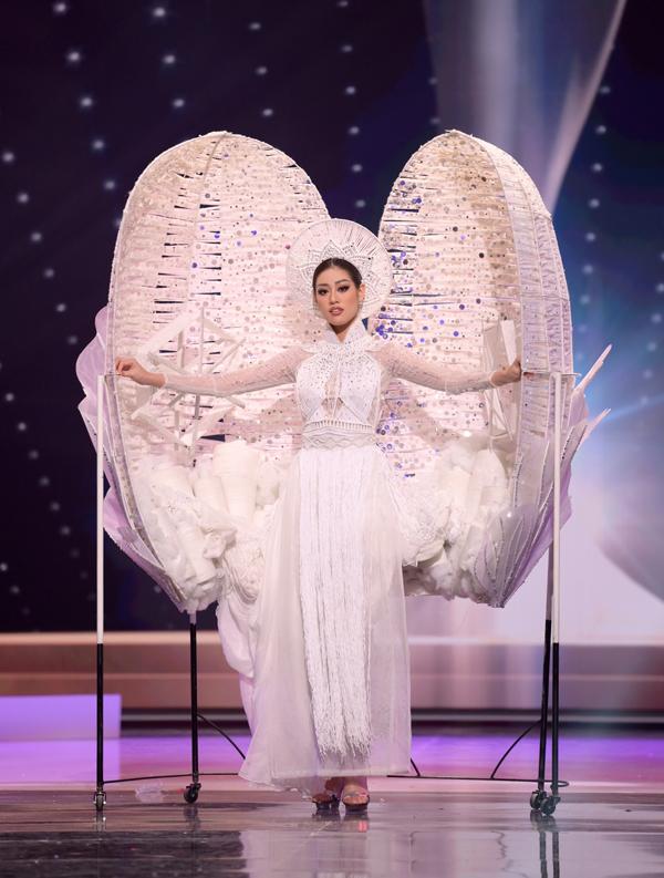 Hoa hậu Hoàn vũ Việt Nam khiến khán giả bất ngờ khi bước ra từ chiếc kén màu trắng trên sân khấu. Khánh Vân trình diễn bộ trang phục Kén Em lấy cảm hứng từ nghề dệt tơ tằm và áo dài truyền thống của người Việt.