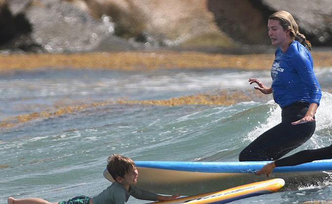 Ivanka lướt ván đâm vào mặt con trai hôm 8/5. Ảnh: Mega.