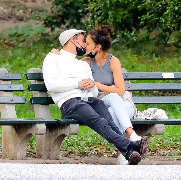 Katie hôn bạn trai đắm đuối trong công viên ở New York.