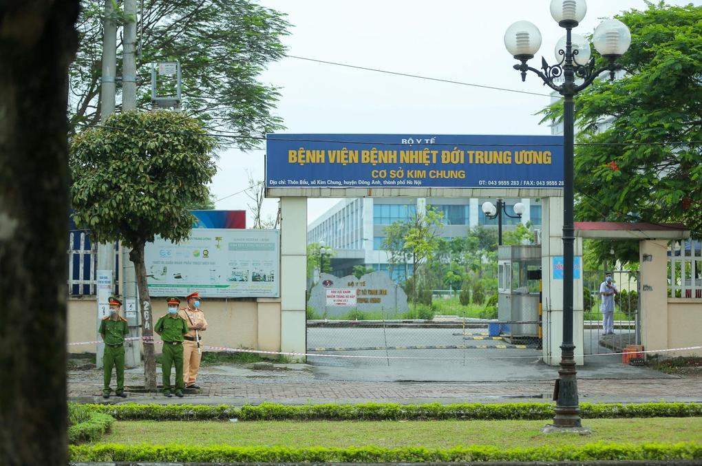 Công an chốt chặn ngoài cổng Bệnh viện Bệnh nhiệt đới Trung ương cơ sở Kim Chung (Đông Anh). Ảnh:Anh Hùng.
