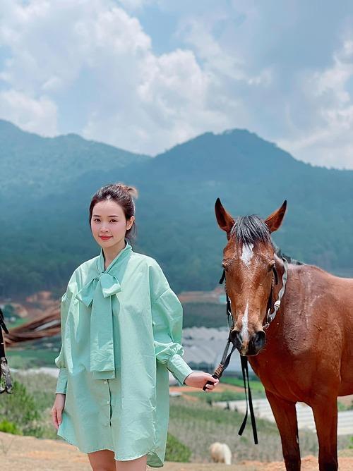 Midu thú nhận thích chụp ảnh cùng ngựa nhưng tính cô nhát nên không dám cưỡi.