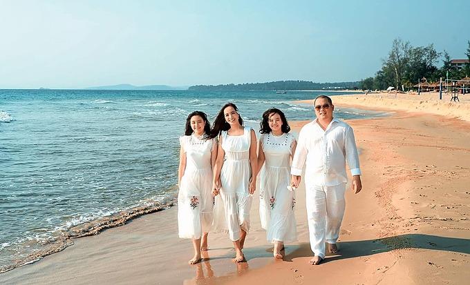 Vợ chồng Thúy Hạnh - Minh Khang cùng hai con gái dạo biển trong chuyến du lịch nghỉ dưỡng ở Phú Quốc.