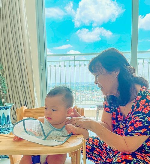 Mẹ chồng luôn đồng hành cùng Thúy Vân chăm sóc bé Nhật Tôn.