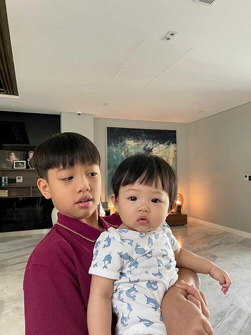 Subeo và em gái Suchin có kiểu tóc khá giống nhau. Cường Đôla nhận xét về hai con: Hair style của anh em nhà Su không lạc đi đâu được nhé.