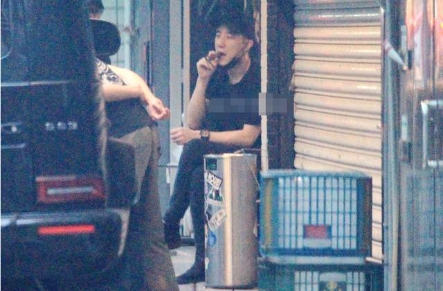 Con trai Thành Long phì phèo điếu thuốc trên tay.