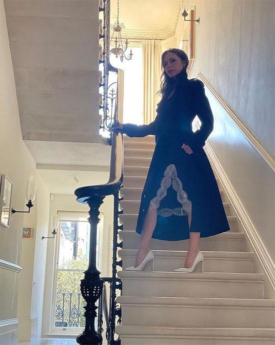 Vic tạo dáng ở cầu thang trong thiết kế mới nhất.