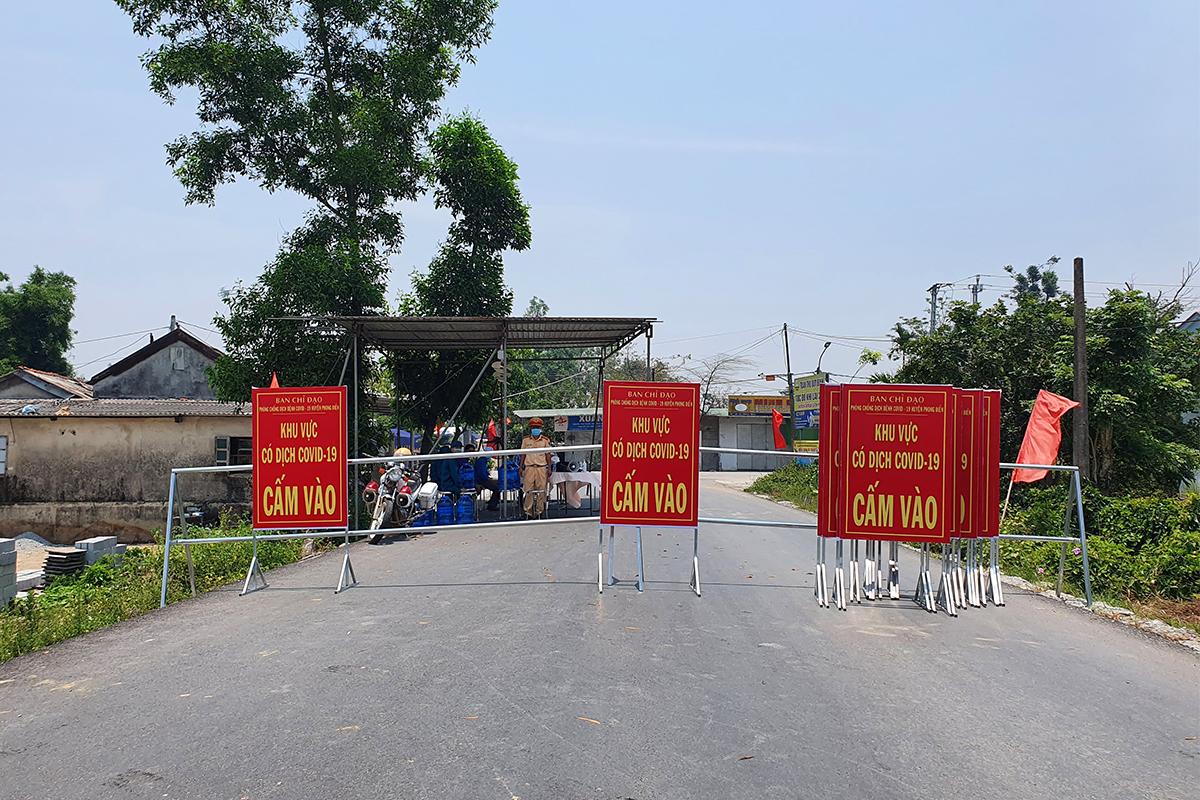 Trạm kiểm soát ra vào xã Phong Hiền. Ảnh: Võ Thạnh