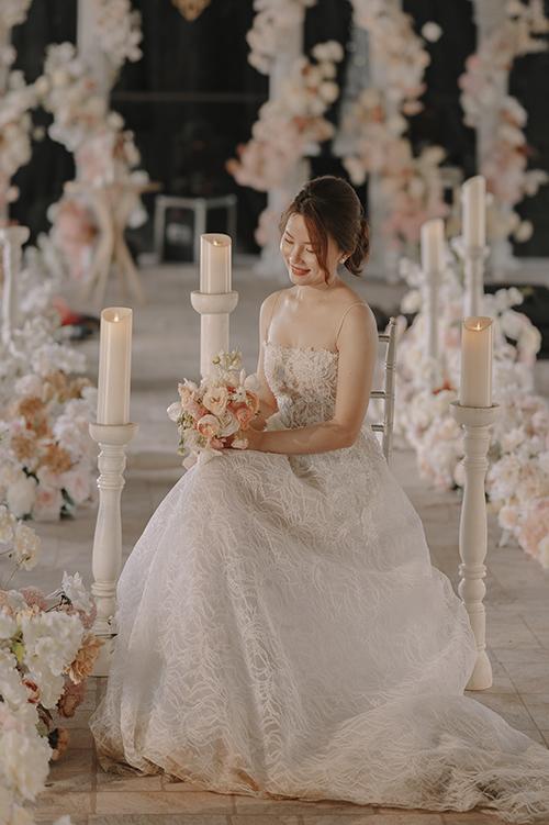 Quỳnh Mai trong không gian tiệc cưới của mình. Cô dâu thổ lộ mong muốn về lễ cưới trong mơ lấp đầy bởi những khoảnh khắc ngọt ngào như của bao cô gái khác. Đó là được ba dắt tay vào lễ đường, được khoác lên mình chiếc váy cưới trắng tinh khôi, được sánh vai cùng chàng trai mình yêu và đắm chìm trong lời chúc phúc của gia đình và bạn bè.