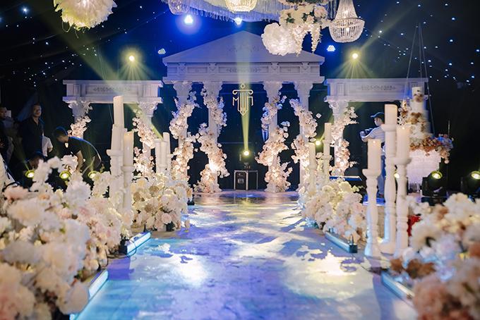 Là một người đam mê tinh hoa nghệ thuật phương Tây nên Quỳnh Mai đã tự mình thiết kế không gian cưới mang phong cách kiến trúc La Mã và còn tự lên ý tưởng cho chương trình lễ cưới.