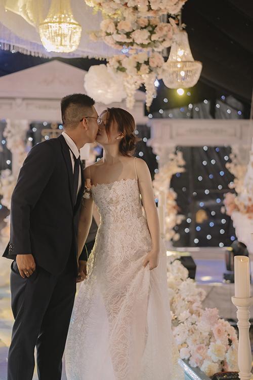 Quỳnh Mai - Minh Nhật đã tổ chức một lễ cưới trong mơ tại Biên Hòa đánh dấu cột mốc tình yêu tròn 10 năm của mình,. Vốn là một nhà thiết kế tiệc cưới nên cô dâu đã tự lên một kịch bản cưới thú vị dành cho gia đình và bạn bè đến cùng chung niềm vui trăm năm trong 2 ngày 10-11/4.