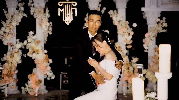 Bản thân Quỳnh Mai không ao ước một lễ cưới xa hoa mà mong muốn hôn lễ là không gian mà hai vợ chồng và tất cả khách mời đều cảm thấy gần gũi, ấm cúng và thật sự hạnh phúc.  Tuy nhiên, khi lễ cưới chỉ mới vừa diễn ra được vài phút, cô dâu còn chưa xuất hiện thì nguồn điện đã gặp sự cố vì mưa lớn. Toàn bộ hệ thống âm thanh, ánh sáng ngưng hoạt động, kịch bản trước đó được dày công chuẩn bị coi như...đi tong. Lúc đó tôi vừa buồn, hụt hẫng, vừa cảm thấy có lỗi với khách mời nên đã khóc rất nhiều, Mai nói.