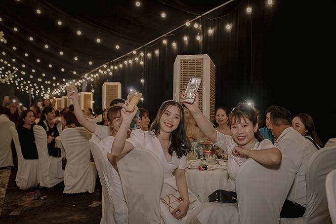 Khách mời dùng ánh đèn flash cổ vũ cho cô dâu chú rể khi hệ thống ánh sáng bị ngắt vì mưa lớn