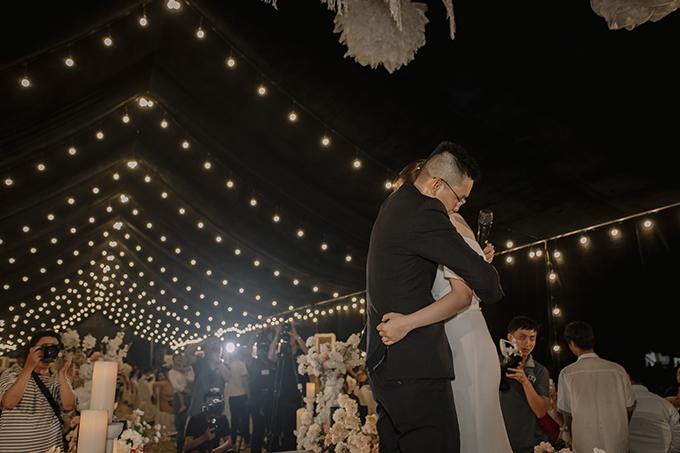 Đột nhiên tôi thấy chồng không biết mượn đâu được chiếc loa bluetooth, kéo tôilên sân khấu và ngân nga giai điệu bài Ánh Nắng Của Anh trong ánh đèn flash cổ vũ của cả khán phòng. Lúc này tôi chẳng nghĩ được gì nhiều nữa, anh Nhật giống như ánh nắng sưởi ấm trái tim tôi trong khoảnh khắc bối rối ấy, cô dâu bộc bạch khi nhớ lại khoảnh khắc khiến mình khóc nhè hôm ấy.