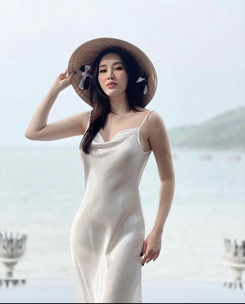 Muốn có được sự thoải mái và dễ chịu trong ngày hè thì váy lụa của Bảo Thy là một lựa chọn hợp lý.