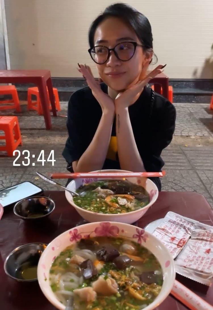 Minh Anh thích thú khi ăn hủ tiếu lúc nửa đêm.