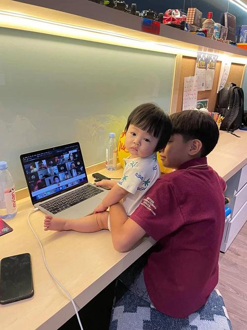 Khi Subeo đang học online, cậu bé còn kiêm thêm nhiệm vụ trông em, vừa vòng tay đỡ vừa để ý nói chuyện với em. Dưới tấm ảnh, vị doanh nhân phố núi Cường Đô La giải thích: Sáng dậy là đòi qua học online với anh hai luôn.