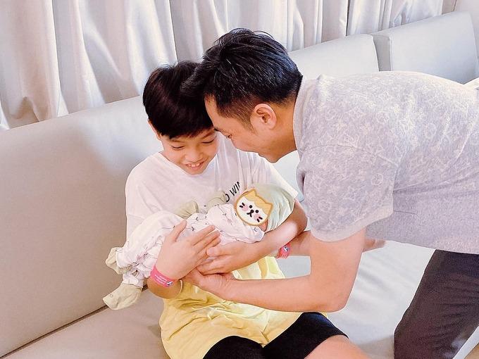 Kể từ khi có em gái Suchin, Subeo rất quấn em, ra dáng anh lớn của em nhỏ. Cậu nhóc được bố giao nhiệm vụ ẵm em bé và hào hứng với vai trò mới.