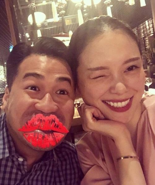 Nếu như Linh Rin chu đáo từng bước trong việc sắp xếp bữa tiệc cho Phillip Nguyễn, bạn trai cô cũng coi sinh nhật người yêu là ngày trọng đại. Anh thường đưa ra những thông báo về dịp này trên trang cá nhân trước khi diễn ra 1-2 ngày.