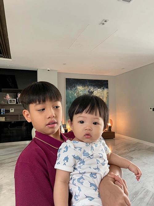Cặp anh em cách nhau 10 tuổi còn có chung kiểu tóc đầu nấm dễ thương. Mỗi sáng, Suchin cũng chính là người sẽ đánh thức anh hai dậy học bài.