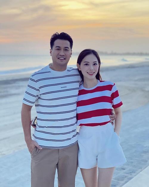Cặp đôi thích dành cho nhau những lời tán dương, trong đó, Linh Rin luôn cảm ơn bạn trai vì đã dành cho cô tình yêu vượt ngoài sự tưởng tượng. Vài tháng trước, cô thổn thức nói về những trải nghiệm trên hành trình yêu như: Chúng ta đừng mải nhìn về phía sau để rồi bỏ lỡ những khoảnh khắc tuyệt vời mà cả hai có thể cùng tận hưởng. Cô nhắc nhở Phillip Nguyễn hay nuôi lớn tình yêu mỗi ngày để qua một năm, mối quan hệ giữa hai người sẽ gắn bó hơn một năm vừa khép lại.